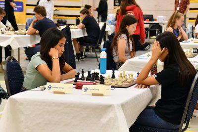 Isafara (links) tijdens haar partij uit de 4e ronde.